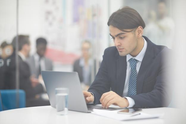Oriente médio empresário usando laptop