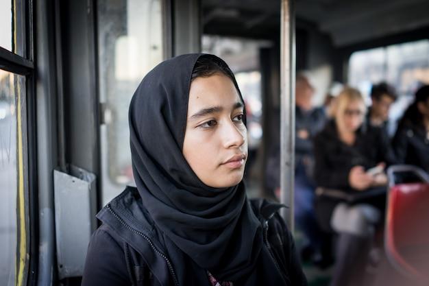 Oriente médio, menina, montando, transporte público, em, cidade