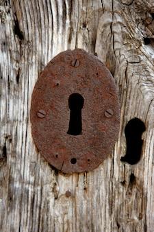 Orifício de chave sobre madeira velha cinza envelhecida