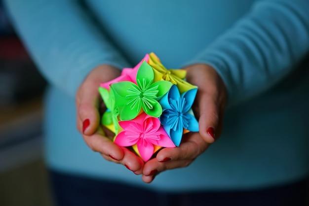 Origami de kusudama segurando nas mãos