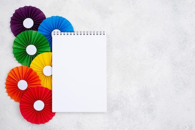 Origami de papel ao lado do caderno