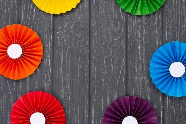 Origami de papel de arco-íris de vista superior