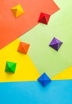 Origami de papel nas cores lgbt