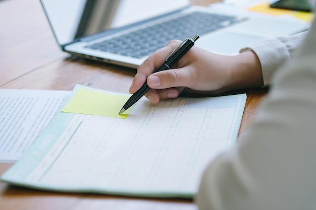 Originais de negócio que anunciam o planeamento do projeto na tabela do escritório.