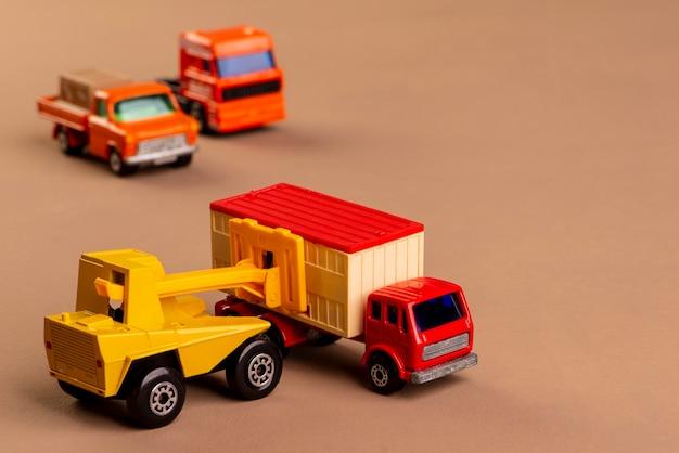 Orklift carregando um caminhão e dois caminhões