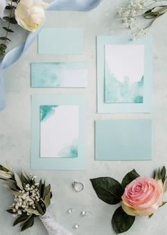 Ornamens florais e cartão de casamento