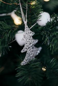 Ornamento bonito da árvore na árvore de natal