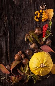 Ornamento com abóbora e folhas de outono