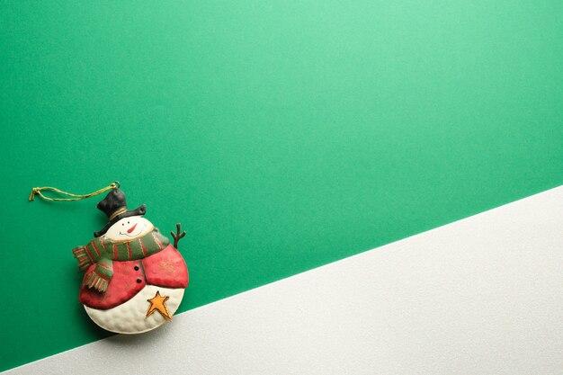 Ornamento de boneco de neve em fundo verde e branco