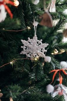 Ornamento de floco de neve em uma árvore de natal