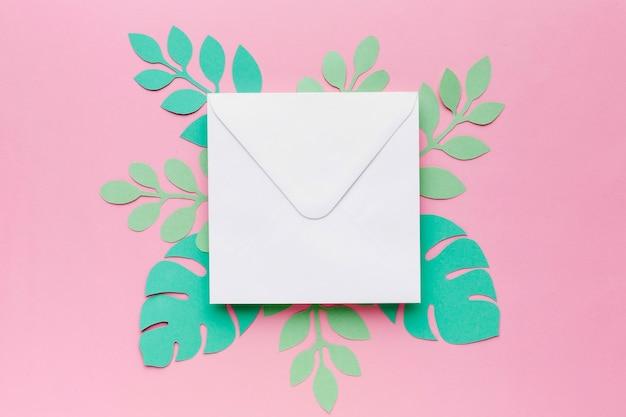 Ornamento de folhas de papel e cartão de casamento