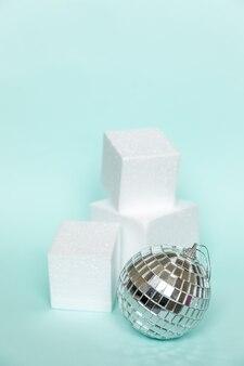 Ornamento de objeto de inverno de composição simplesmente mínima e formas de cubo pódio de forma geométrica isolado