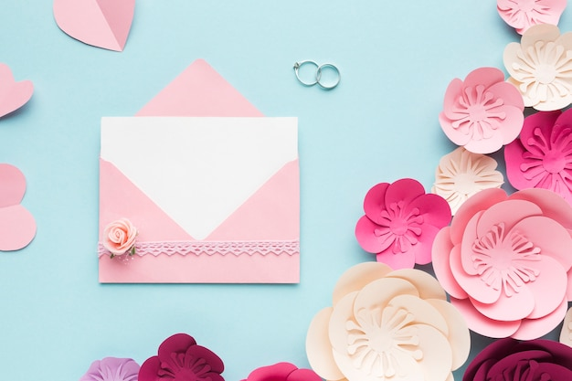 Ornamento de papel floral elegante com cartão de casamento