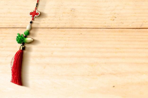 Ornamento do ano novo chinês na mesa de madeira