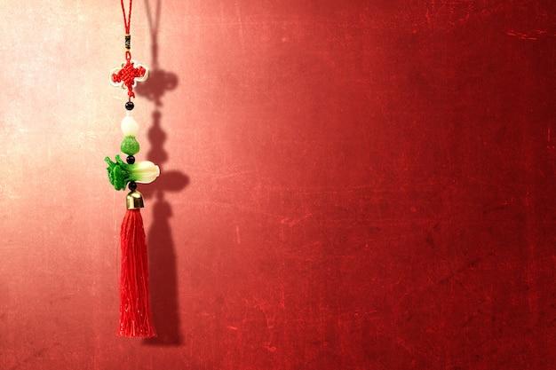 Ornamento do ano novo chinês sobre parede vermelha