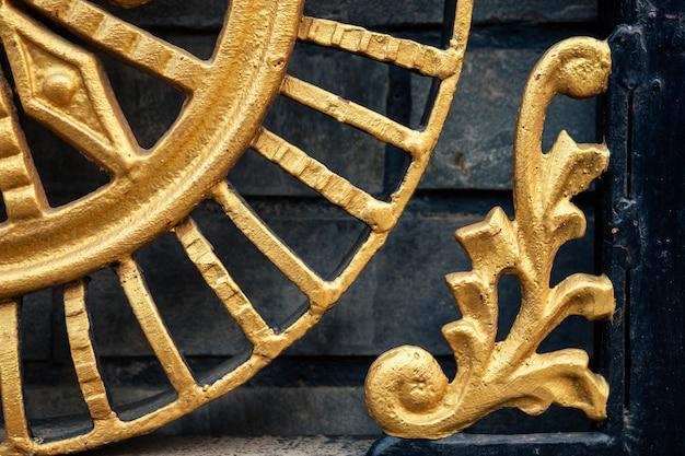 Ornamento do portão de ferro. elementos decorativos de metal
