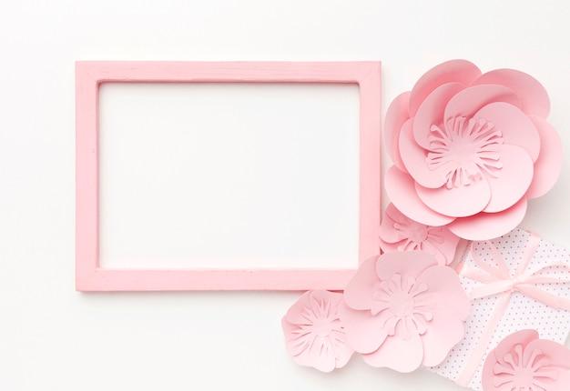 Ornamento floral ao lado do quadro