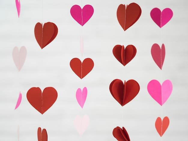 Ornamento rosa e vermelho feito de corações