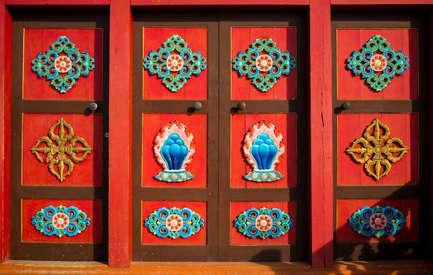 Ornamento tradicional. janelas com entalhes de madeira nas janelas de uma casa de madeira