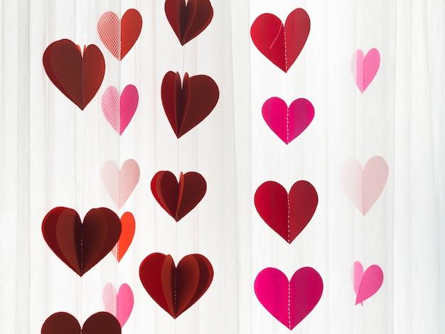 Ornamentos com corações coloridos