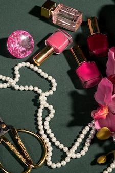 Ornamentos de alto ângulo-de-rosa na mesa