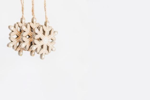 Ornamentos de floco de neve de madeira no pano de fundo branco