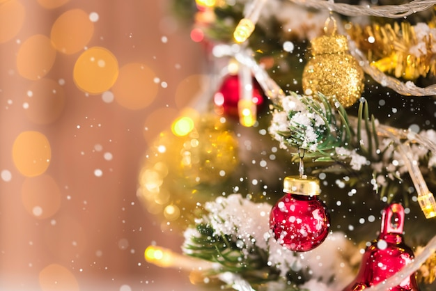 Ornamentos decorativos brilhantes e brilhantes na árvore de natal