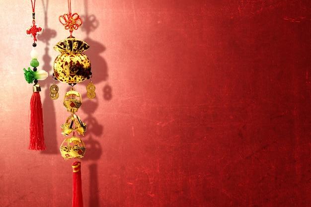 Ornamentos do ano novo chinês sobre parede vermelha