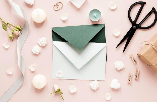 Ornamentos e cartão de casamento na mesa