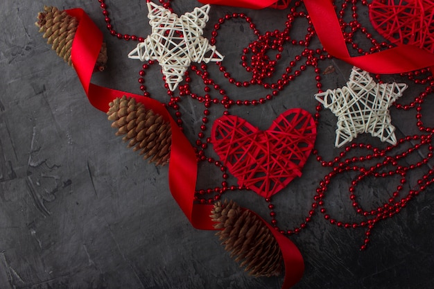 Ornamentos e estrelas brancas e corações vermelhos