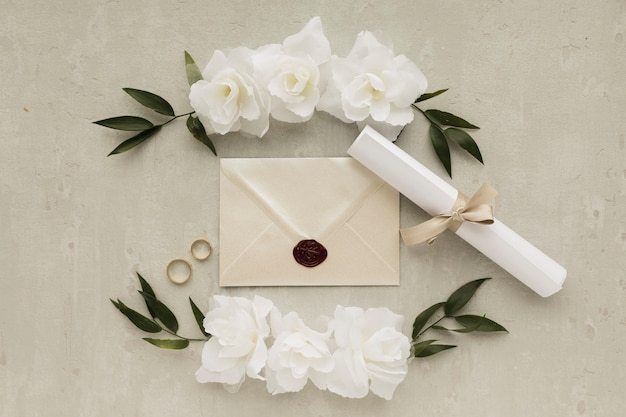 Ornamentos florais com anéis de noivado e cartão de convite