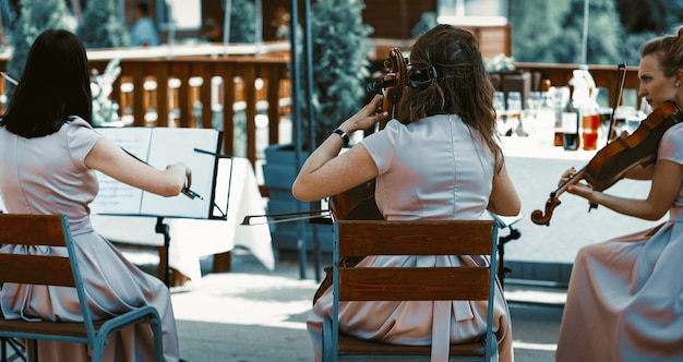Orquestra de cordas tocando no terraço de verão
