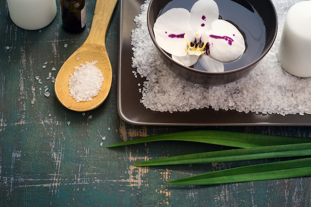 Orquídeas de flor na tigela de água e configuração de spa