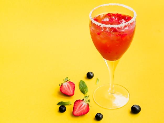 Orvalhado copo de bebida com morangos