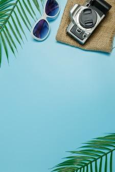 Os acessórios de praia no fundo azul e azul. venda de verão banner web linda.