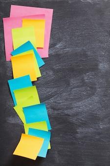 Os adesivos de papel de cor em fundo preto