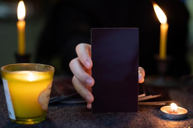 Os adivinhos ciganos estão prevendo horóscopos para os clientes que usam cartões ciguais preditivos.