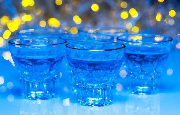 Os adultos vão em boates para beber álcool e se divertir