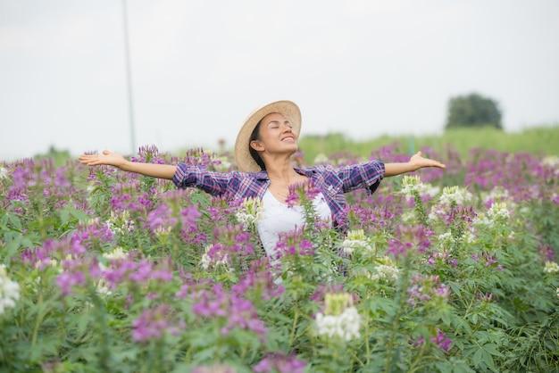 Os agricultores estão felizes em sua própria fazenda de flores.
