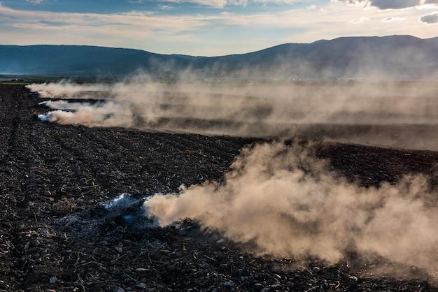 Os agricultores queimam a grama seca e a palha do campo no outono, outra causa do aquecimento global.