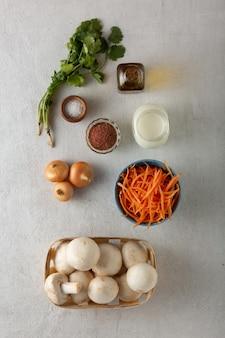 Os alimentos ceto são a base de uma dieta saudável. comida tradicional oriental e tailandesa