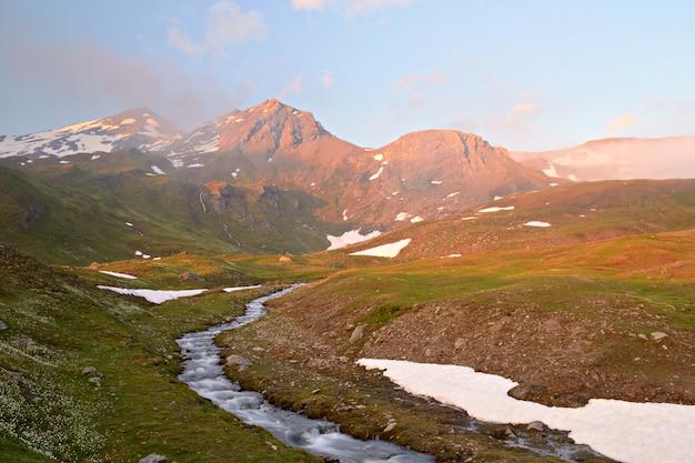 Os alpes no outono, pôr do sol do cume dos cumes e cumes das montanhas rochosas
