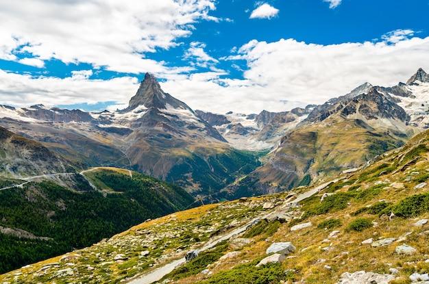 Os alpes suíços com o matterhorn perto de zermatt