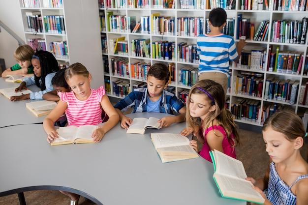 Os alunos estão lendo livros