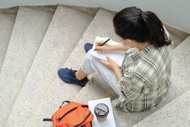 Os alunos estudam ao ar livre na escola