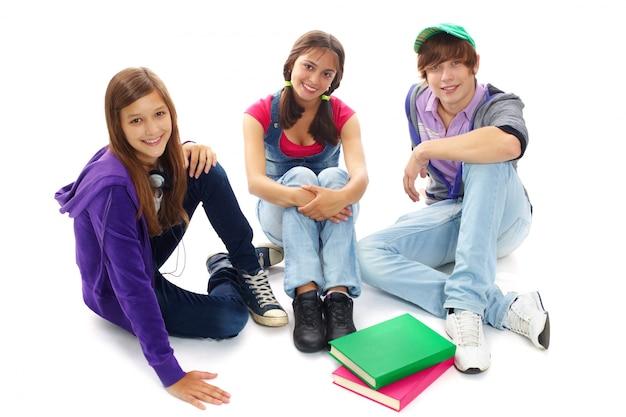 Os alunos que descansam juntos