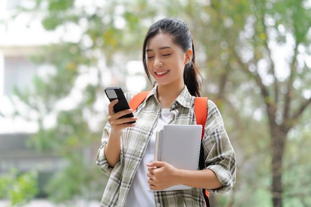 Os alunos usam o telefone na escola