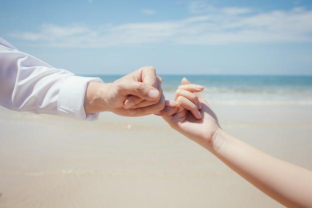 Os amantes de viagem de mãos dadas e mindinho juro