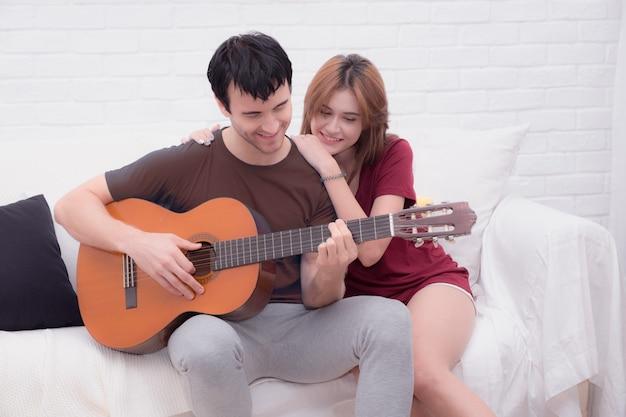 Os amantes tocam violão