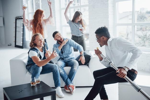 Os amigos decidem relaxar cantando suas músicas favoritas e dançando